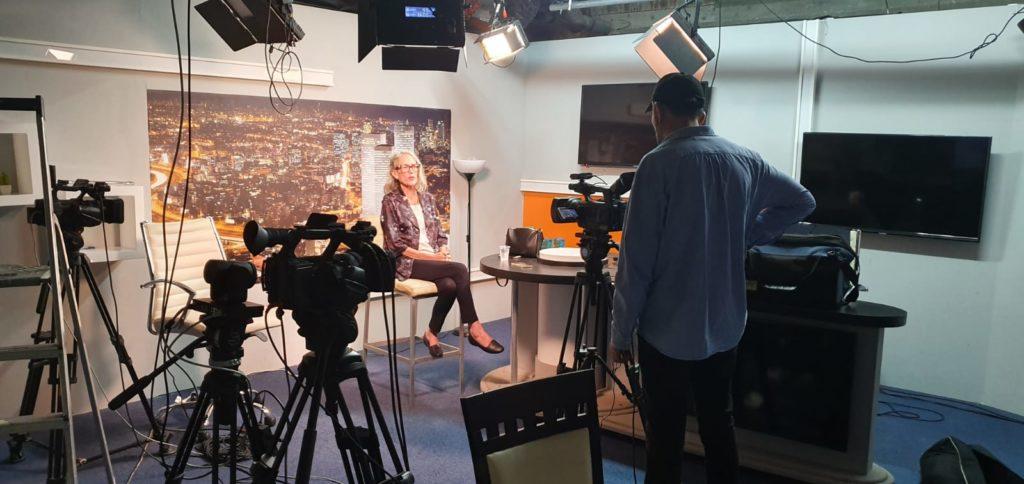 צילום באולפן השירותים שלנו לערוץ חדשות עם ציוד צילום מלא ותאורה